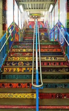 You got time visiting Chicago? Check out Pilsen graffiti or murals that are amazingly done in bold colours and styles. They're eye-catching street murals! Chicago Travel, Travel Usa, Chicago Trip, Chicago Skyline, Chicago Pd, Chicago Bears, Banksy, Chicago Murals, Wisconsin