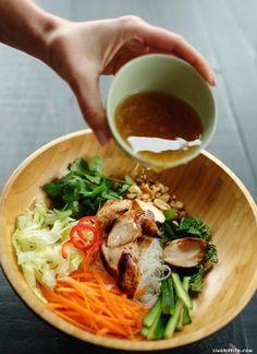 Vietnamese Noodle Salad Recipe with Lemongrass Chicken Vietnamesischer Nudelsalat mit Zitronengras-Huhn Vegetarian Recipes, Cooking Recipes, Healthy Recipes, Healthy Vietnamese Recipes, Keto Recipes, Dinner Recipes, Thai Food Recipes, Vegetarian Chicken, Cooking Games