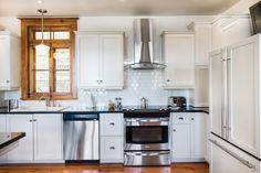 Maison ancienne: Charme absolu! | Les idées de ma maison © TVA Publications | Photos: François Laliberté #deco #patrimoine #cuisine #comptoir #granit #bois #inox