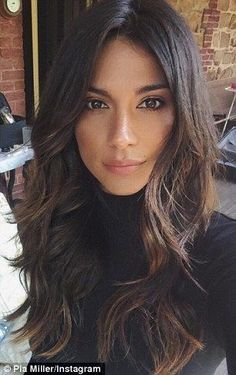 Pia Miller flaunts her lighter hair colour and gets a new Mazda It appears that the brunette lightened the ends of her hair with a touch of blonde (L) Dark Chocolate Brown Hair, Dark Caramel Hair, Chocolate Blonde, Pretty Hairstyles, Layered Hairstyles, Long Dark Hairstyles, Long Brunette Hairstyles, Celebrity Hairstyles, Middle Part Hairstyles
