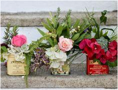 Flores do quintal e latas de chá