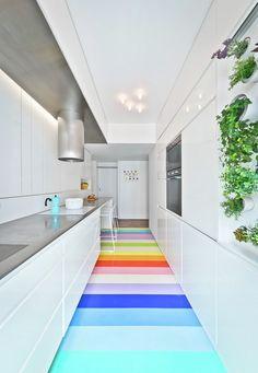 cuisine blanche en longueur avec sol en caoutchouc multicolore