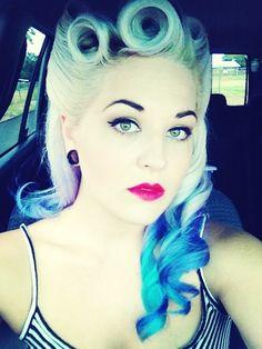 Pin up hair. ~pin up, rockabilly~ 40s Hairstyles, My Hairstyle, Vintage Hairstyles, Wedding Hairstyles, Rockabilly Mode, Rockabilly Fashion, Rockabilly Trends, Aqua Hair, Purple Hair