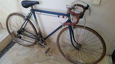 Trouvé sur un vide grenier , un vélo de 1966 , réplique en demi course du vélo employé par jacques Anquetil sur le Tour 66, produit par les cycle JEUNET, principal intérêt de cet achat le porte bidon sur le cintre de belle facture
