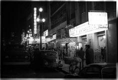 Avenida São João, calçada do Restaurante Papai. O letreiro luminoso das lojas Pirani no edificio Andraus aparece ao fundo. 1970 http://www.pedromartinelli.com.br/blog/wp-content/uploads/2015/01/22221.jpg