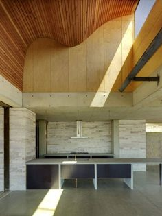 Cocina con doble altura de la casa invisible