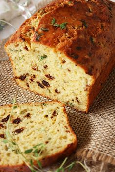 Cheese, Olive And Buttermilk Herbed Bread From: Cherry On A Cake, please visit Bread Recipes, Cooking Recipes, Cooking Tips, Enjoy Your Meal, Herb Bread, Gula, Fodmap Recipes, Bread And Pastries, Quick Bread
