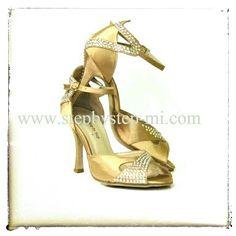 Sandalo in raso carne chiaro decorato con strass aurora boreale #stepbystep #sandali #sandal #danceshoes #scarpedaballo #strass #rhinestones #salsa #bachata