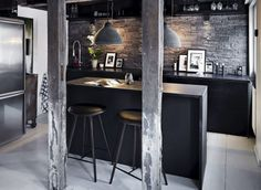 #reforma #cocina en vivienda rehabilitada con muebles bajos e isla para barra color carbón, frente de piedra, parquet pintado de blanco.