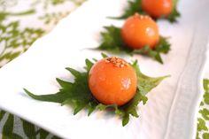 冷凍卵の黄身の醤油漬け by 西川剛史 / 冷凍した卵を解凍すると、黄身が半熟卵のように固くなります。この黄身を醤油につけると、簡単に黄身の醤油漬けが作れます。濃厚な黄身の味と食感を楽しめます。 / Nadia