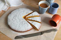 La torta di carote nella sua versione americana è un dolce elaborato, farcito e glassato. Molto buono, ma non certo leggero. Tempo fa avevo preparato una (piccola)carrot cake con due strati di farcitura e un goloso frosting allo sciroppo d'acero. Molto buona: la trovate qui, se non siete a dieta! Poi mi è capitato di assaggiare una torta di carote alla festa di compleanno del mio nipotino. Una torta bassa, semplice, molto casalinga. Ovviamente ho subito chiesto la ricetta ed è venuto fuo...