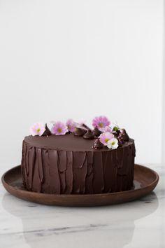 Bolo de Banana e Nutella - Danielle Noce - Bolo de Banana e Nutella Chocolate Cake Designs, Chocolate Recipes, Food Cakes, Cupcake Cakes, Cupcakes, Cake Decorating With Fondant, Cake Truffles, Köstliche Desserts, Pretty Cakes