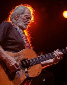 Willie Nelson, with that beat up old Martin guitar, Trigger. In Buffalo went to see John Fogerty and came away a Willie Nelson fan. Trigger was my earliest nick name Country Music Artists, Country Music Stars, Country Singers, Country Musicians, Rock Roll, Good Music, My Music, Outlaw Country, Bass