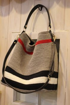 Best 11 Crochet Bag Pattern Design Ideas for This Summer Part 34 – SkillOfKing. Crochet Shell Stitch, Crochet Tote, Crochet Handbags, Crochet Purses, Easy Crochet, Knit Crochet, Crochet Ideas, Couture Cuir, Tapestry Crochet
