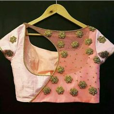 Ultimate Bluse Back Neck Designs Katalog 30 Ideen! Indian Blouse Designs, Blouse Back Neck Designs, Choli Designs, Simple Blouse Designs, Stylish Blouse Design, Latest Blouse Designs, Blouse Neck Patterns, Dress Designs, Sari Design