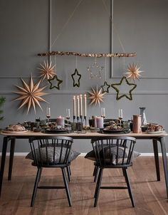 """This is how Nordic Christmas works: God Jul! The Scandi style l .-So wirkt das """"Nordic Christmas"""": God Jul! Der Scandi-Stil lässt – This is how Nordic Christmas works: God Jul! The Scandi style leaves – - Scandinavian Christmas Decorations, Diy Christmas Decorations For Home, Modern Christmas Decor, Deco Table Noel, Scandi Style, Nordic Style, Diy Weihnachten, Decoration Table, Christmas Inspiration"""
