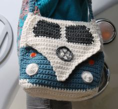 Crochet Bag This crochet pattern is to make a Splitty Campervan Shoulder Bag approximately square. (Please note the instructions are written in UK terms but charts are included and there is just one main stitch - UK Double Crochet/US Single Crochet). Bag Crochet, Crochet Purse Patterns, Crochet Shell Stitch, Crochet Handbags, Crochet Purses, Cute Crochet, Crochet Crafts, Crochet Hooks, Crochet Projects