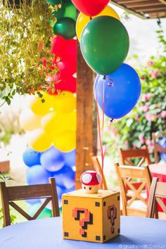 Centro de mesa recheado com balinhas de gelatina (tipo gummy bears) no formato de Mario. Table centerpiece filled with treats (gummy marios). #supermario #mariobros #themedparty #festa #aniversário #party #inspiração #inspiration #blue #red #green #yellow