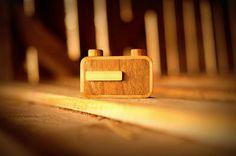 Ondu, novas câmeras de madeira que são sucesso | Já pensou em tirar fotos sem usar máquinas digitais, com vários megapixels? Pois bem, antigamente era assim. E agora, a Ondu, estúdio de design e fabricação esloveno do carpinteiro Elvis Halilović, lançou uma linha de câmeras de madeira que utiliza o mesmo recurso de fotografias das máquinas de filme, as câmeras pinhole. http://curiosocia.blogspot.com.br/2013/06/ondu-novas-cameras-de-madeira-que-sao.html