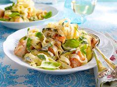 Unser beliebtes Rezept für Bandnudeln mit Zucchini-Lachs-Soße und mehr als 55.000 weitere kostenlose Rezepte auf LECKER.de.