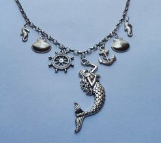 Colar com pingentes tema Mar:Sereia, âncora, conchas, timão e cavalos-marinhos…