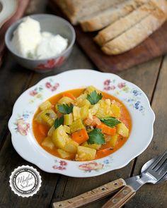 Haftanın son tarifi benim gibi zeytinyağlı sevenler için gelsin :) Zeytinyağlı Havuçlu Kabak Yemeği tarifi mutfaksirlari.com da ❤️ Profilimdeki linke tıklayarak kolayca ulaşabilirsiniz  #mutfaksirlari #mutfaksırları #foodblogger Thai Red Curry, Ethnic Recipes, Food, Plant Based, Cooking, Zucchini, Essen, Meals, Yemek