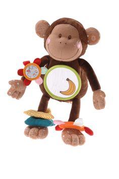 Lilliputiens Basile Acti AapjeBasile het Acti aapje van Lilliputiens is nooit om een spelletje verlegen, zowel educatieve als ludieke rammelaarpootjes, gekleurde ringen en allerhande texturen om de tastzin te verfijnen.En als top of the bill een spiegeltje waarin de baby zichzelf kan bewonderen.Basile is ook een handige aap, hij kan zich overal aan vasthaken: het bed, de box, de kinderwagen en de auto.Basile is 29 x 11 cm. groot. Leeftijdsindicatie vanaf 3 maanden.