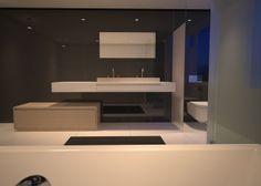 Clou - Wash Me concept badkamer voorzien van lage lade kast uitgevoerd in hoogglans wit van 210 cm met betonnen wastafel en Kaldur 2-gats mengkraan.