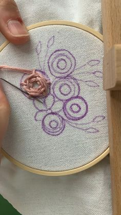 Hand Embroidery Patterns Flowers, Hand Embroidery Videos, Embroidery Stitches Tutorial, Hand Embroidery Designs, Embroidery Techniques, Simple Flower Embroidery Designs, Creative Embroidery, Simple Embroidery, Silk Ribbon Embroidery