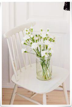 white carnation love // photo by Eeva Kolu, Kaikki mitä rakastin -blog