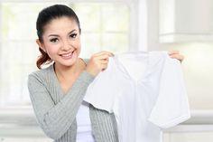 Frau mit Wäsche ohne Flecken