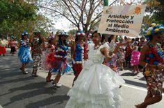 Decenas de comparsas llegan desde temprano al malecón a participar en el Desfile Nacional de Carnaval
