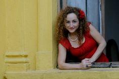 A cantora relembra sambas dos anos 30 e 40, acompanhada por Roberta Valente ao pandeiro e Zé Barbeiro ao violão.