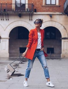 Women Blazer Ideas for Casual Spring Look - Women blazer seems in season. If you're pursuing a more casual dashing look for this nice springtime, stash more of them in your wardrobe. Look Blazer, Blazer With Jeans, Jeans And Sneakers, Red Sneakers, Denim Pants, Mode Outfits, Jean Outfits, Trendy Outfits, Fashion Outfits