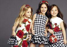 Детская мода от Dolce & Gabbana продолжает ту же главную идею, что и взрослая линия одежды бренда — испанские мотивы. В коллекции представлены тореадорские шорты, крупные цветы, платья с оборками. Главный цветок коллекции — красная гвоздика — она украшает платья и топы и в детской линии смотрится особенно яркой и красиво. Лукбук новой весенне-летней коллекции на 2015 год — это настоящий…