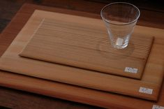 こちらは敷板。 サイズ3種類で、それぞれ使い方いろいろです。 折敷として、また小サイズは懐紙などを敷いてお菓子皿にしても良さそうです。 ひとつずつ木目が違って表情があって面白いです。 どれもきれいでスベスベ~。木そのままのナチュラルさがいいです。 大: 37×26㎝ ¥8400 中: 30×20㎝ ¥6300 小: 23×12.5㎝ ¥3150川合 優さんの木製品 | 青葉堂日記