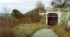 INFRAMUNDOS - ARQUITECTURA SUBTERRÁNEA -     (...) Algunos legados de la arquitectura de la guerra fría sobreviven todavía al paso del tiempo bajo vastos túneles desiertos donde, en otros momentos, se vivieron frenéticamente constantes olas de tensión y a veces terror -     #architecture #underground #abandoned #tunnels #urbanexploration #coldwar #latitudes #creemosenelasombro