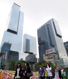 """Samsung headquarters buildings in the prime Gangnam area in Seoul. The entire complex is called """"Samsung Town."""" (Asahi Shimbun file photo)"""
