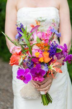 Deze bruid wilde graag een lekker wild gekleurd bruidsboeket met een paar exotische bloemen er in. Gemaakt door Bloemen van Loes bloemenvanloes.nl