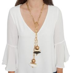 Collar abierto de cadena de eslabones alargados con piezas de madera en blanco y negro y entrepiezas en baño de oro mate de 18 kilates. Se puede usar con nudo y