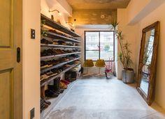 理想の住まいで快適に暮らす―その上で欠かせないのが「収納」です。リノベーション空間なら、飾り棚やディスプレイで工夫した「見せる収納」も、特に子育てファミ Japanese Modern, House Rooms, My Dream Home, Shelter, Entrance, New Homes, Living Room, Studio, House Styles