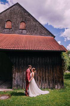 fließendes Brautkleid aus Tüll, leichtes Hochzeitskleid aus Softtüll, tiefer Rückenausschnitt /Foto: www.pixellicious.at Bridal, Outdoor Decor, Photos, Wedding Dress, Brides, Bride, Bridal Gown, The Bride