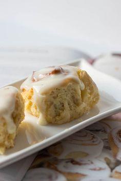Diese Cinnamon Rolls sind super soft und schmecken einfach großartig mit dem leckeren Frischkäse Topping