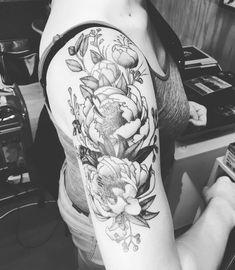 Upper arm tattoo barbwire | Photo by (maralabe) on Instagram | #madebysarahdhont #ladytattooer #blackandgreytattoo #flowertattoo #wildflower #upperarmtattoo #fun #lovemyjob Tattoo Ideas, Tattoo Designs, Upper Arm Tattoos, Black And Grey Tattoos, Fun, Instagram, Black And Gray Tattoos, Tattooed Guys, Tattoo Patterns