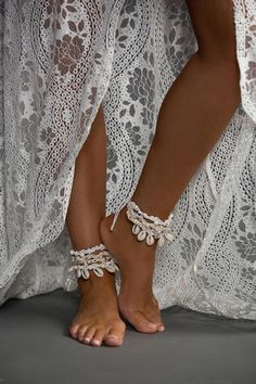 na praia vestido de noiva boho wedding anklets - boho wedding anklets - Beach Theme Wedding Dresses, Beach Wedding Shoes, Boho Wedding, Wedding Jewelry, Dream Wedding, Bohemian Weddings, Wedding Things, Wedding Ideas, Grace Loves Lace