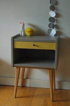 """Un chevet très élégant perché sur de hauts pieds compas laissés en naturel. Pour la partie rangement c'est une association de beige doré (mon petit meuble) et de Ciara Yellow (Farrow & ball). Une petite étoile disposée à l'éintérieur du tiroir termine la décoration de ce chevet. Le bouton d'origine a été gardé. <h2><img alt=""""oiseau-mon-petit-meuble"""" src=""""http://cluster013.ovh.net/~monpetitt/wp-content/uploads/2014/01/oiseau-mon-petit-meuble.jpg"""" width=""""45"""" height=""""48"""" /> Too late !</h2>..."""