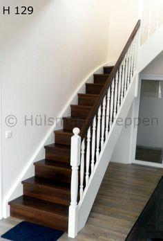 geschlossene Holzwangentreppe, Stufen in Nussbaum, Wangen, Geländerstäbe und Pfosten gedrechselt weiß lackiert