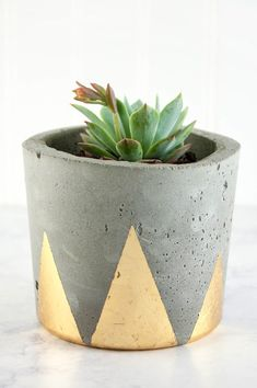 Pour your own industrial modern concrete DIY plant pots, then decorate them with glamorous gold accents. Concrete Plant Pots, Cement Flower Pots, Concrete Planters, Diy Planters, Do It Yourself Inspiration, Beton Diy, Pot Plante, Cement Crafts, Deco Floral