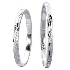 Snubní prsteny vyrobeny z bílého zlata. Prstýnky jsou velice úzké a mají lesklý vzhled. Dámský a pánský model je totožný a je na něm možno vidět ručně ryté vzory. Jejich povrchová úprava je lesklá. Šíře prstenů: 2 mm.