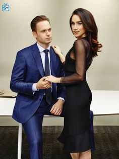 Patrick J. Adams caught up with HELLO! at the ATX Festival to share some 'Suits' set secrets, how life is for onscreen love Meghan Markle and whether we can expect Prince Harry to make a cameo. Serie Suits, Suits Tv Series, Suits Tv Shows, Meghan Markle Suits, Estilo Meghan Markle, Suits Harvey, Harvey Specter Suits, Suits Usa, Princess Meghan